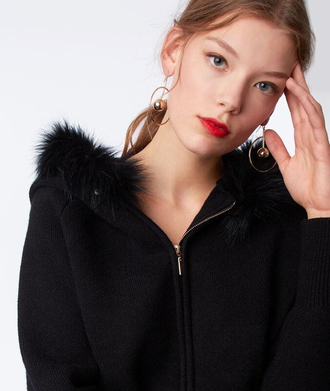 Chaqueta con capucha pelo falso negro.