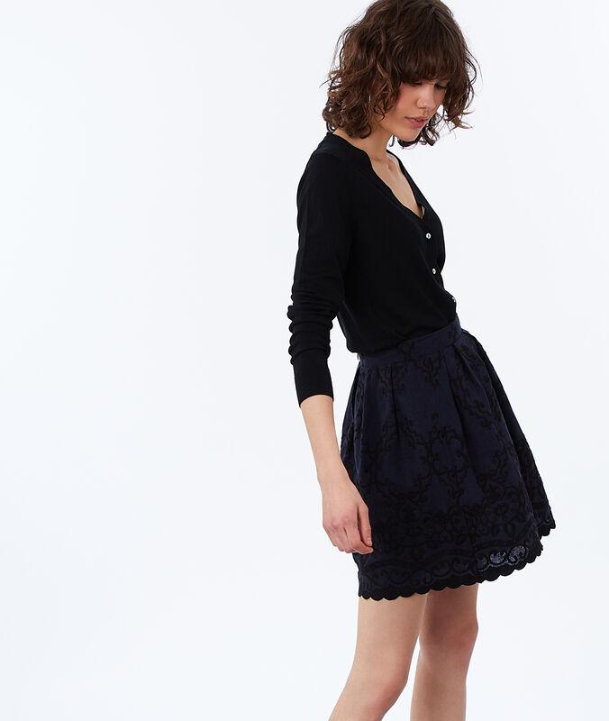 Falda con bordados azul marino.