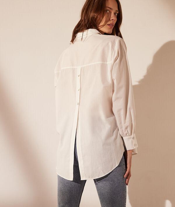 Camisa con botones en la espalda