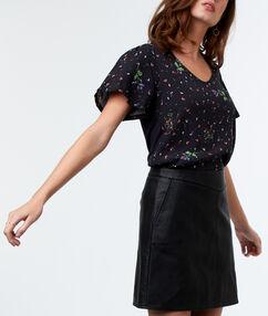 Falda corta efecto piel negro.