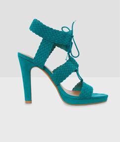 Sandales tressées à talons vert émeraude.
