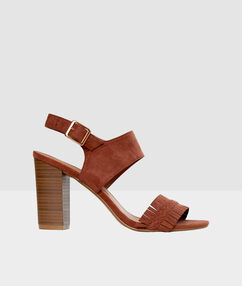 Sandalias tacón marrón.