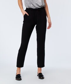Pantalón carrot liso negro.
