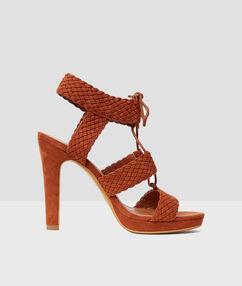 Sandales tressées à talons marron.