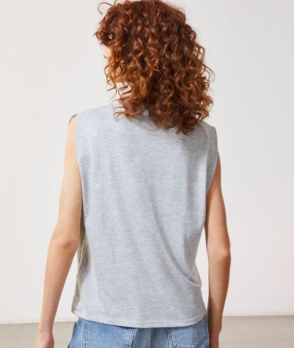 Camiseta con mensaje bordado