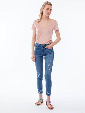 Camiseta lisa escote en v rosa pálido.