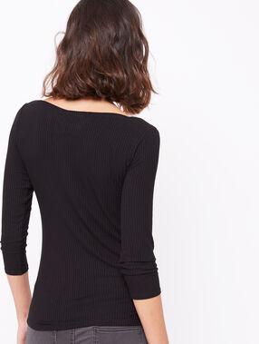 Camiseta acanalada cuello barco negro.