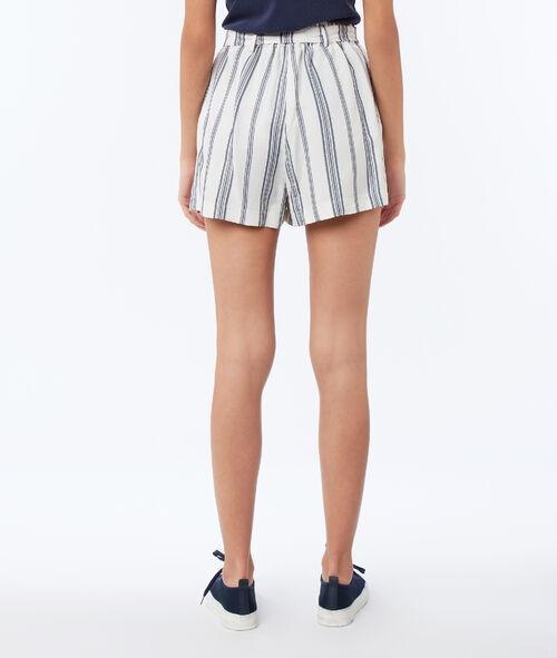 Pantalón corto con cinturón estampado de rayas
