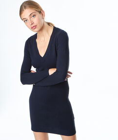 Vestido ajustado escote en v azul marino.