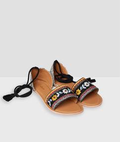 Sandales plates à perles ocre.
