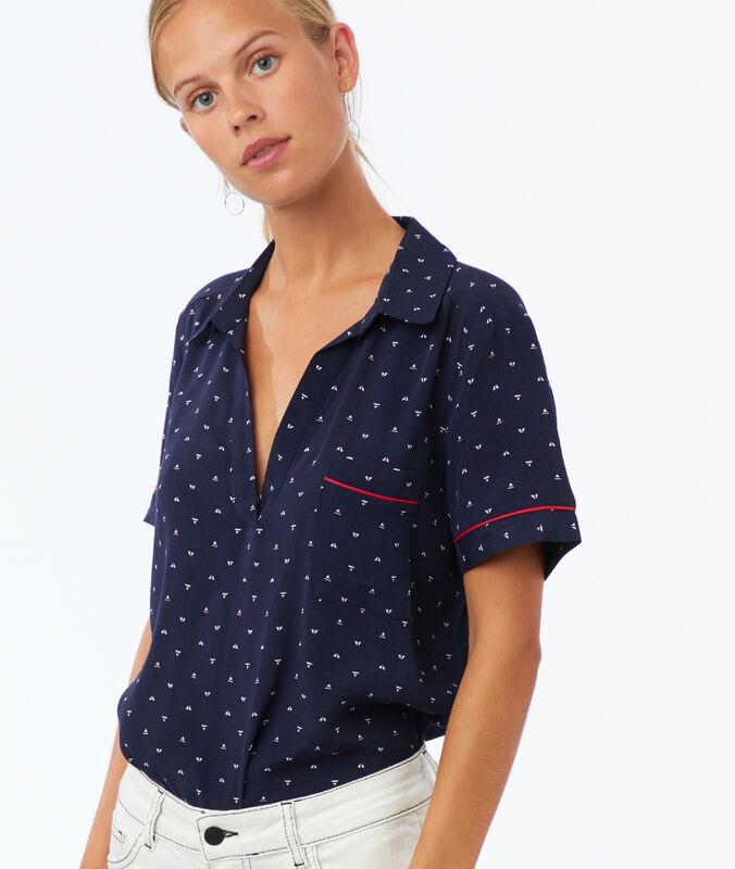 Blusa estampada con bolsillo azul marino.