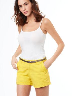 Pantalón corto algodón con cinturón amarillo.