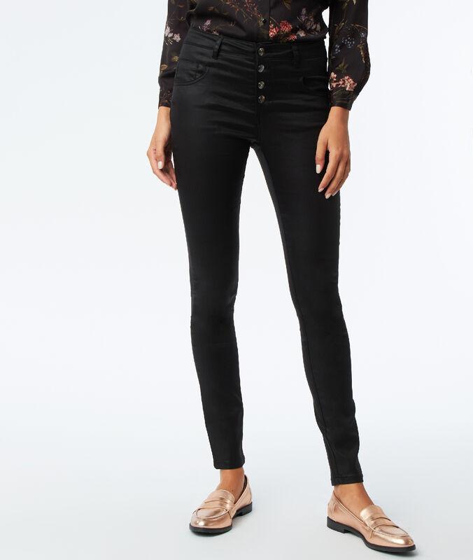 Pantalón vaquero pitillo efecto brillante negro.