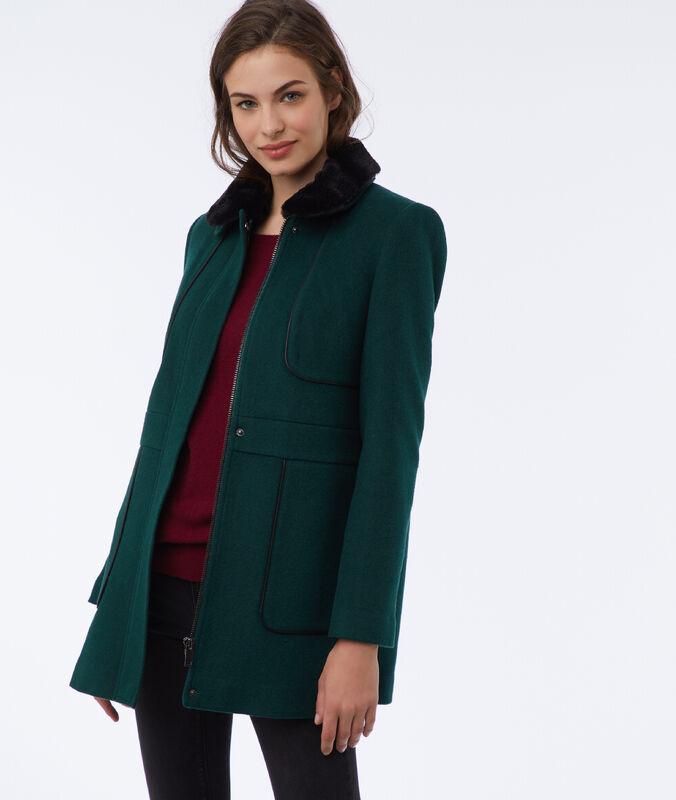 Abrigo con el cuello extraíble verde.
