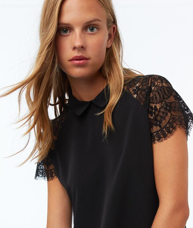 Camiseta cuello camisero motivos de encaje negro.