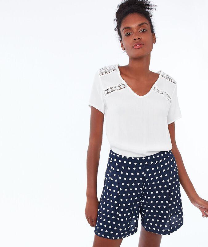 Pantalón corto estampado de lunares azul marino.