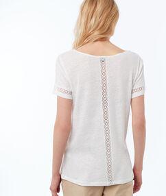 T-shirt col v avec détails guipure écru.