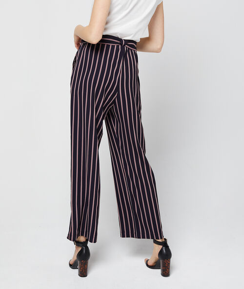Pantalón largo con cinturón a rayas