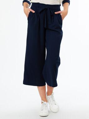 Pantalón largo con cinturón azul marino.