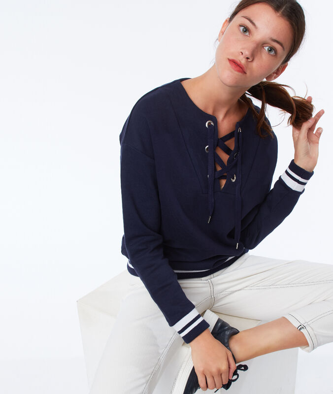 Camiseta manga larga escote cordones cruzados azul marino.