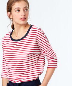 Sweat shirt à rayures rouge.
