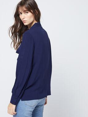 Blusa anudada al cuello azul marino.