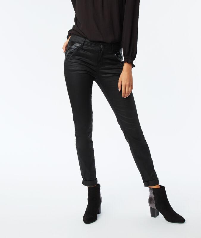 Pantalón vaquero estrecho efecto piel negro.