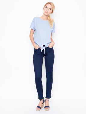 Camiseta anudada con lazo azul.