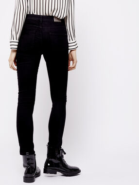 Pantalón vaquero estrecho negro.