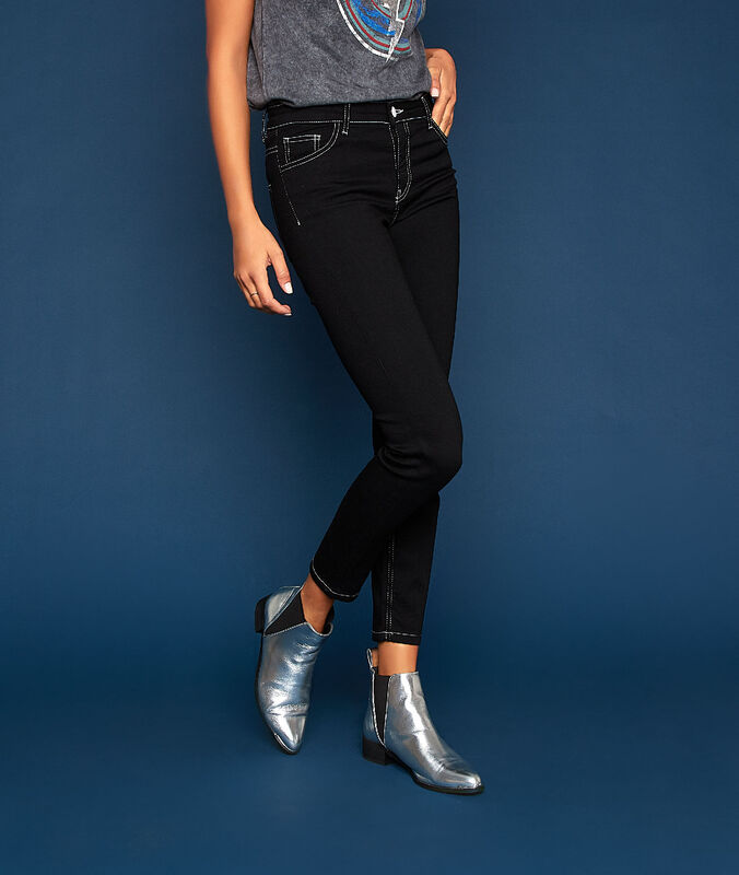 Pantalón vaquero costuras contrastadas negro.