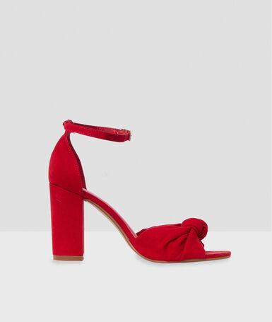 Sandalias tobilleras tacón con nudo rojo.