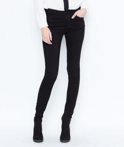 Pantalón vaquero pitillo negro.