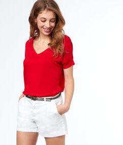 Pantalón corto algodón con cinturón blanco.