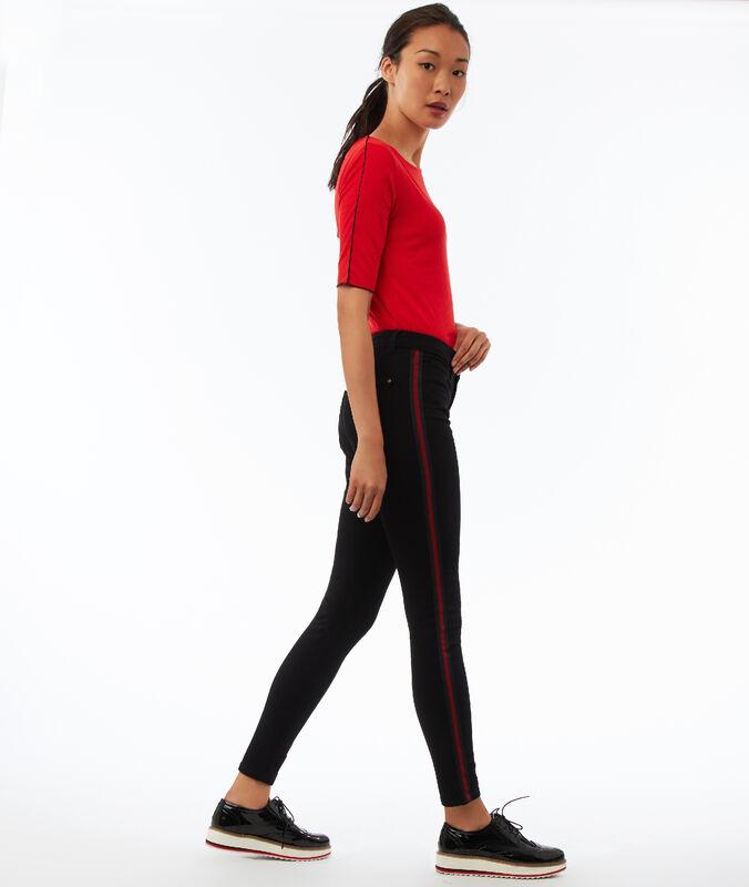 Pantalón pitillo con franja lateral negro.