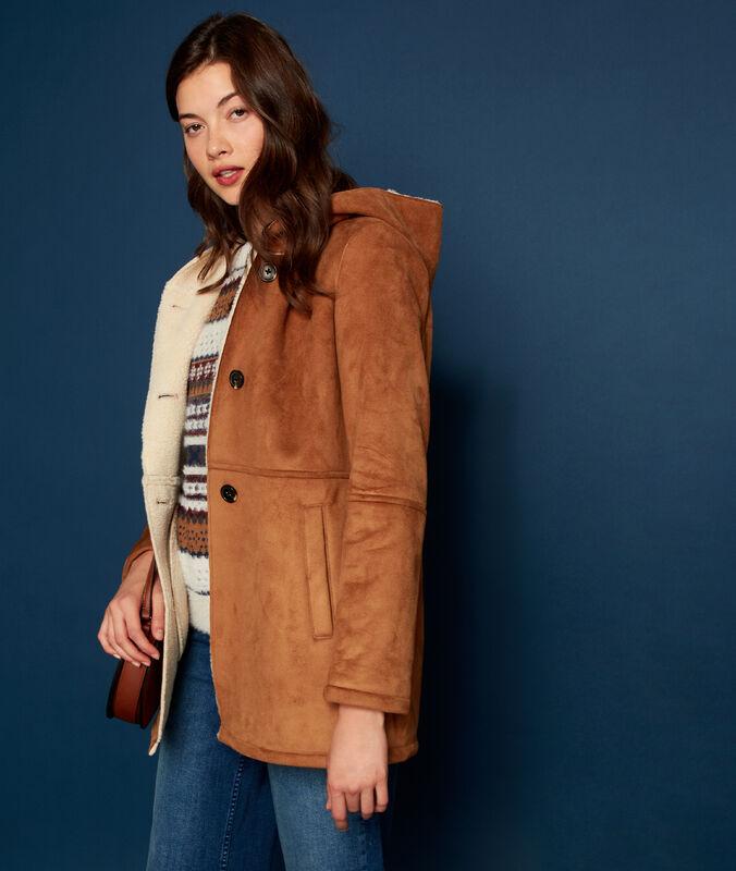 Abrigo con capucha con forro borreguito tierra.