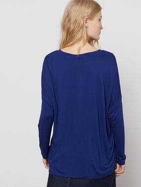 Camiseta manga larga escote en v azul marino.