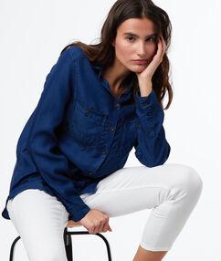 Camisa efecto vaquero dos bolsillos azul marino.