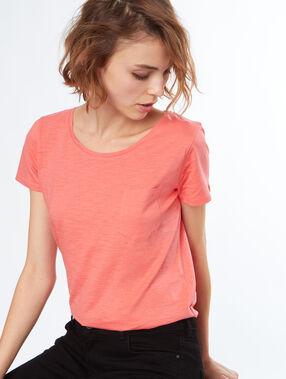 T-shirt col rond abricot.