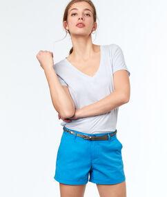 Pantalón corto algodón con cinturón azul marino.