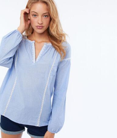 Blusa detalles bordados azul cielo.