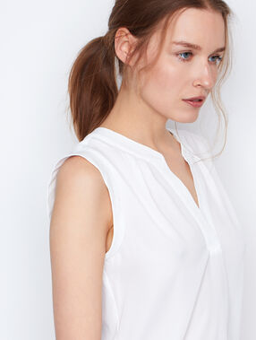 Blusa sin mangas escote en v blanco.