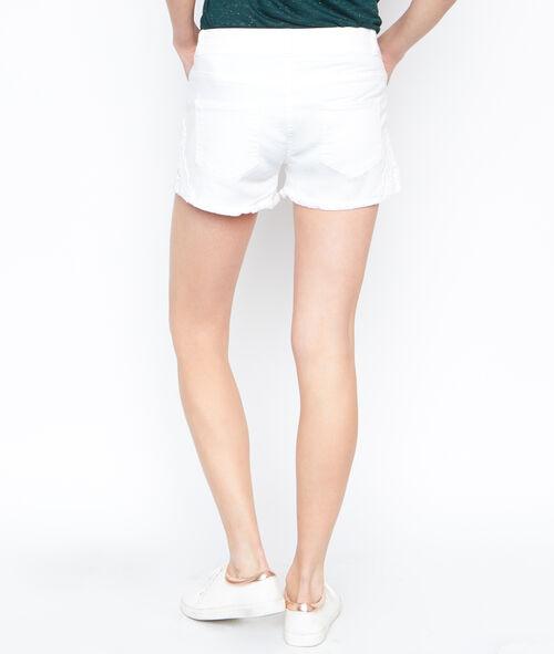 Pantalón corto con detalle bordado