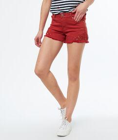 Pantalón corto bordados rojo.