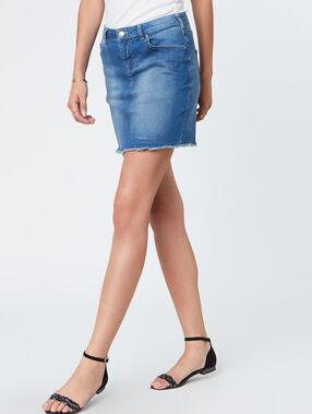 Jupe courte en jean denim clair.