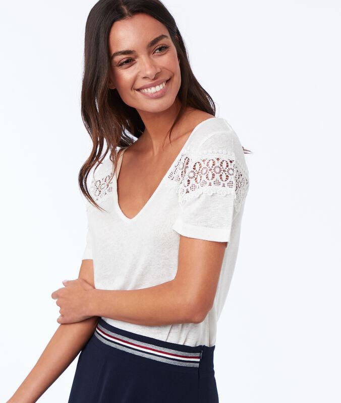 Camiseta escote en v detalles de guipur crudo.