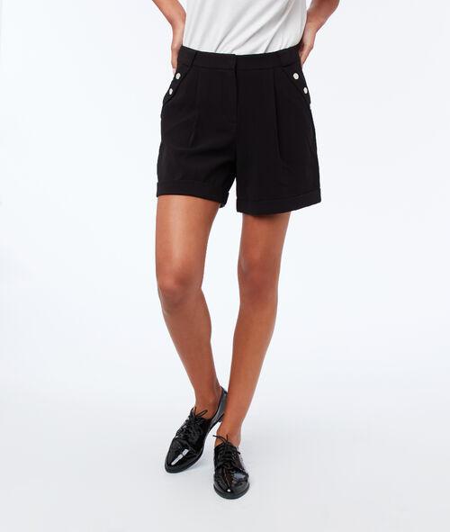 Pantalón corto con botones decorativos
