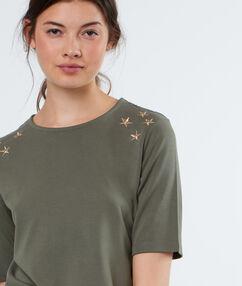 T-shirt étoiles brodées aux épaules kaki.