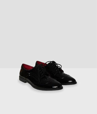 Zapatos con cordones acharolados negro.