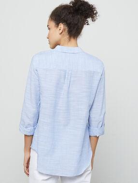 Camisa a rayas azul marino.
