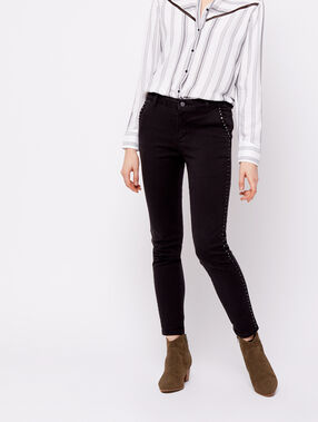 Pantalón estrecho detalle tachuelas negro.